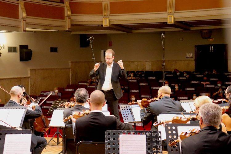 Levente Török, dirigint l'orquestra